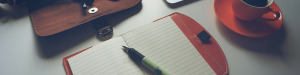 Carnet avec un stylo sur une table
