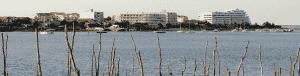 Paysage plage avec bâtiment