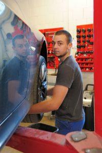 Homme en train de faire de la mécanique