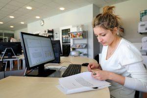 Femme travaillant sur un écran d'ordinateur