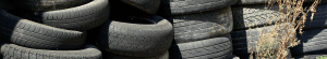 Tas de pneus empilés