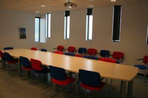 Salle de réunion avec table et chaises