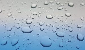 Goutte d'eau sur une paroi transparente
