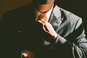 Homme en train de serrer sa cravate