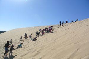 Enfants escaladant la dune du Pylat