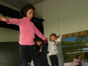 Enfants faisant des activités intérieures