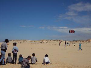 Enfants sur la plage jouant au cerf-volant
