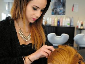 Femme coiffant un mannequin
